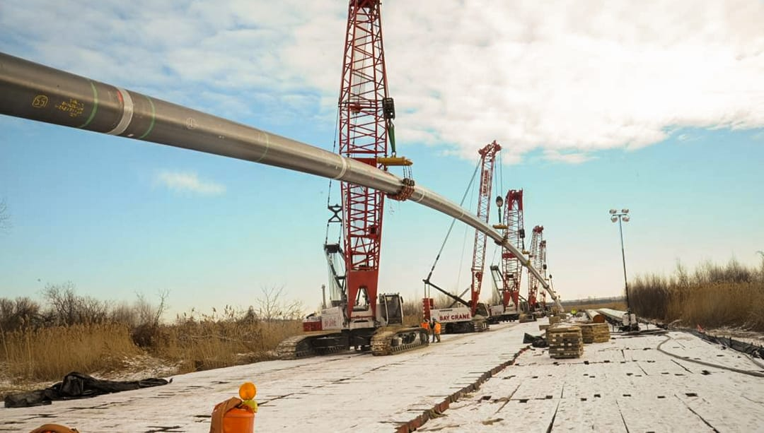 Multiple cranes simultaneously lifting load