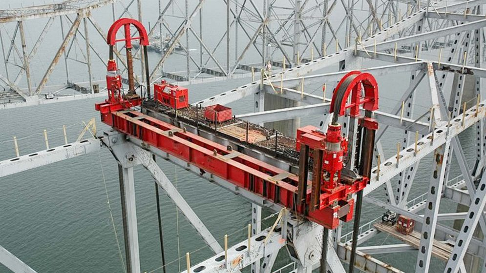 Strand Jacks rigging system by ocean